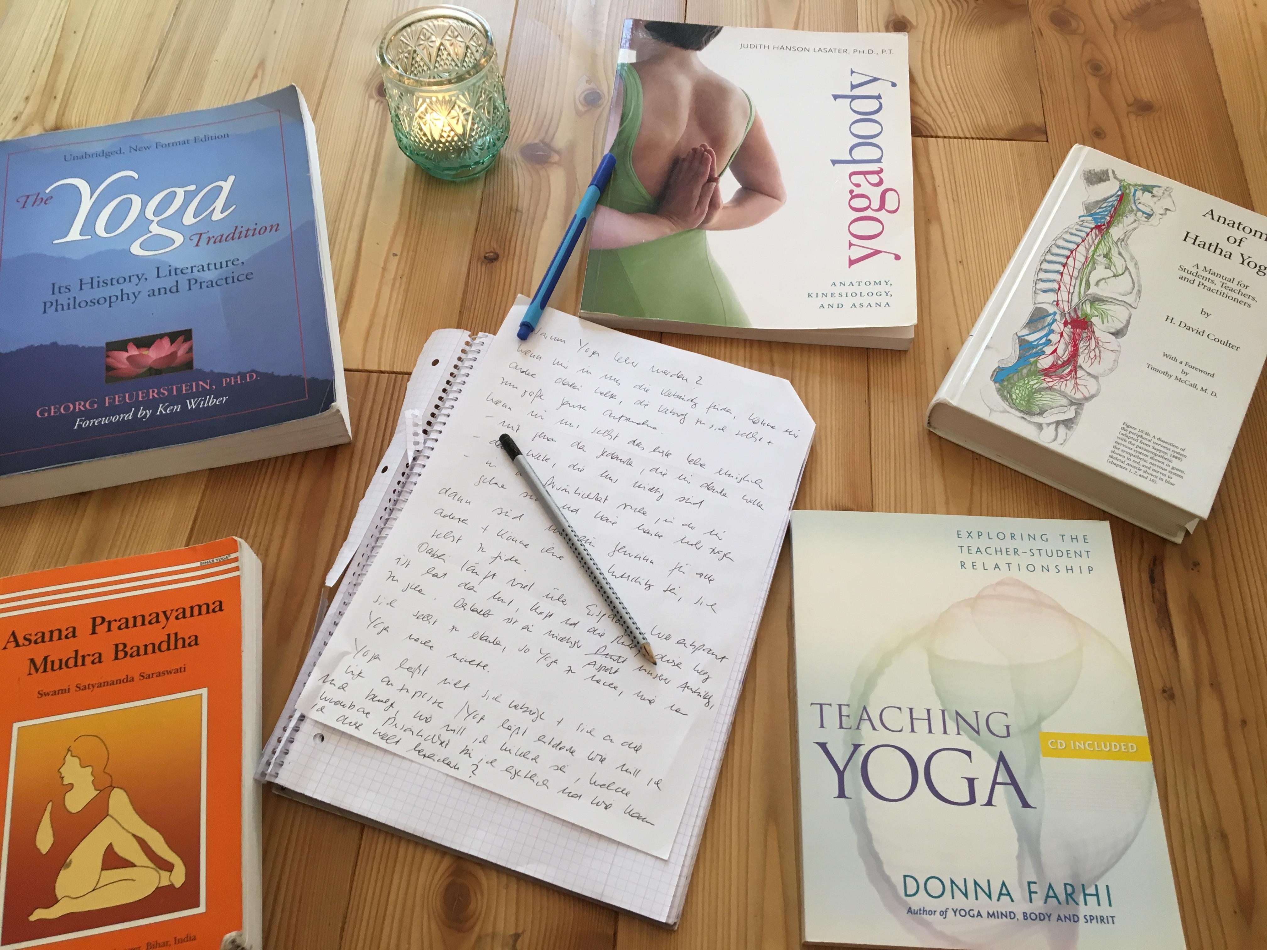 Theorie Unterricht in der Yogalehrer Ausbildung. Yogastudio die Matte